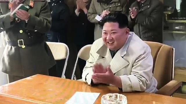 Nữ quân nhân Triều Tiên bật khóc khi trình diễn trước ông Kim Jong-un - 2