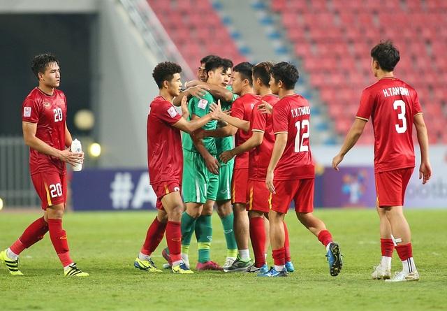 Cầu thủ U23 Việt Nam ôm động viên thủ môn Bùi Tiến Dũng - 1