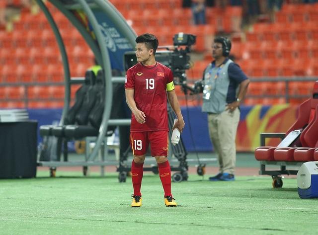 Cầu thủ U23 Việt Nam ôm động viên thủ môn Bùi Tiến Dũng - 11