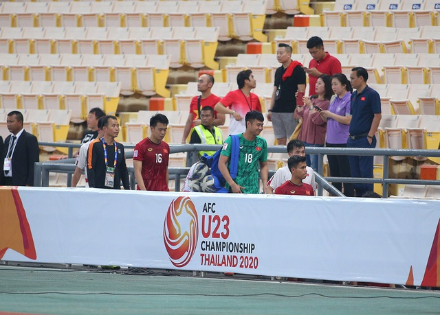 Cầu thủ U23 Việt Nam ôm động viên thủ môn Bùi Tiến Dũng - 7