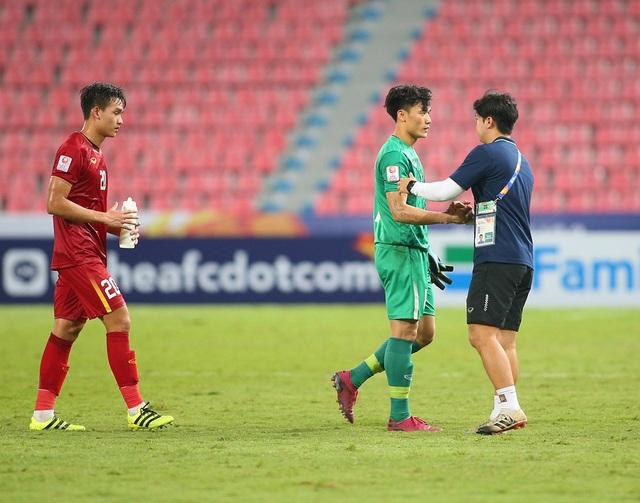 Cầu thủ U23 Việt Nam ôm động viên thủ môn Bùi Tiến Dũng - 6