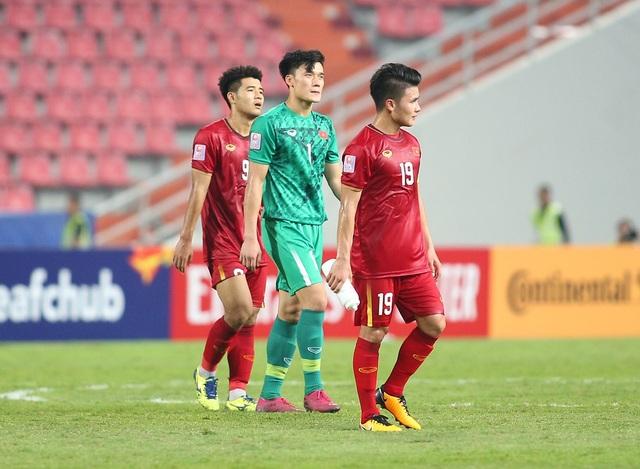 Cầu thủ U23 Việt Nam ôm động viên thủ môn Bùi Tiến Dũng - 3