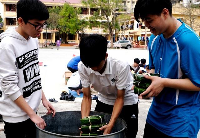 Nhà trường mua gần 1 tấn gạo gói bánh chưng cho học sinh - 8