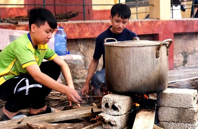 Nhà trường mua gần 1 tấn gạo gói bánh chưng cho học sinh - 9
