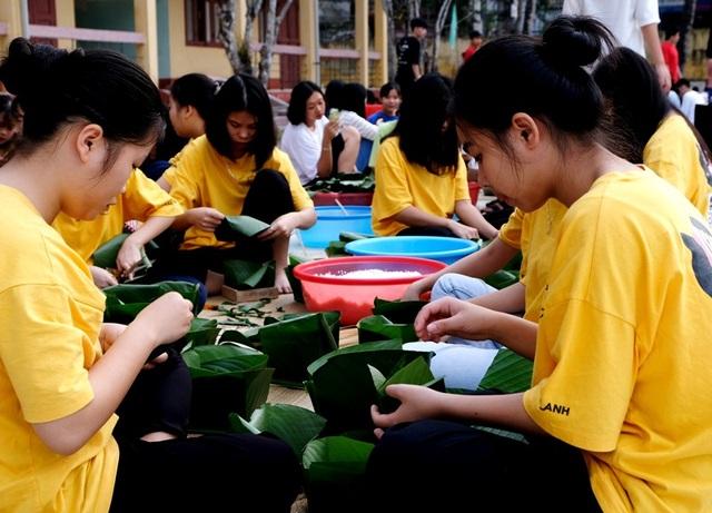 Nhà trường mua gần 1 tấn gạo gói bánh chưng cho học sinh - 1