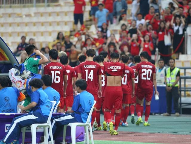 Cầu thủ U23 Việt Nam ôm động viên thủ môn Bùi Tiến Dũng - 9