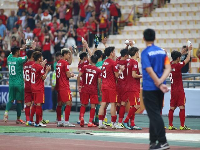 Cầu thủ U23 Việt Nam ôm động viên thủ môn Bùi Tiến Dũng - 8