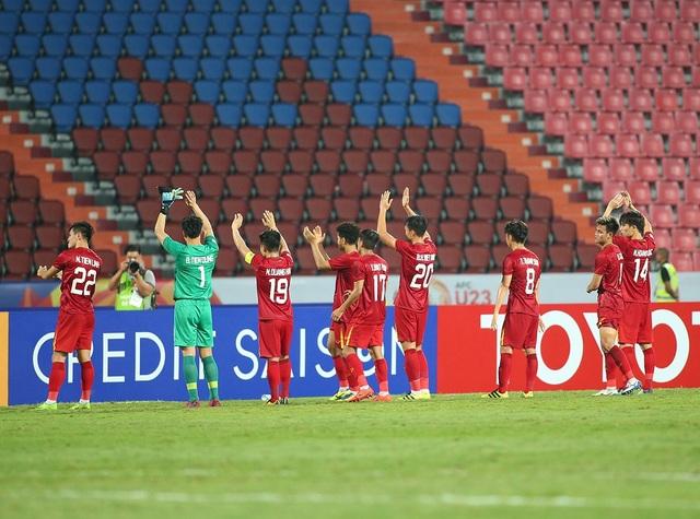 Cầu thủ U23 Việt Nam ôm động viên thủ môn Bùi Tiến Dũng - 10