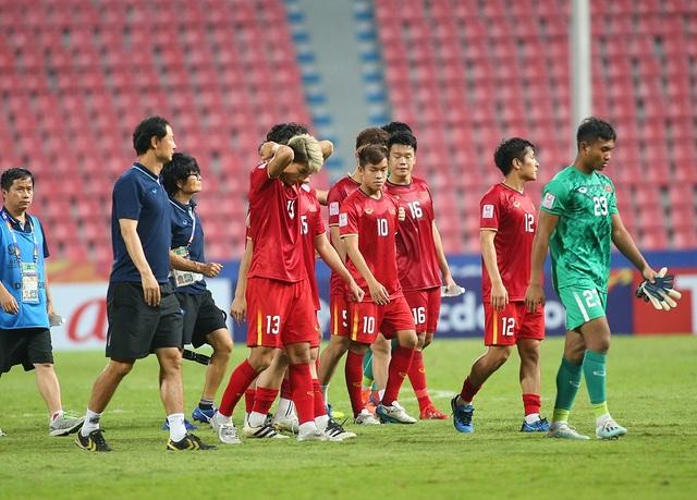 Cầu thủ U23 Việt Nam ôm động viên thủ môn Bùi Tiến Dũng - 5