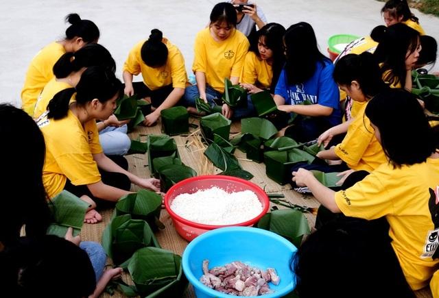 Nhà trường mua gần 1 tấn gạo gói bánh chưng cho học sinh - 6
