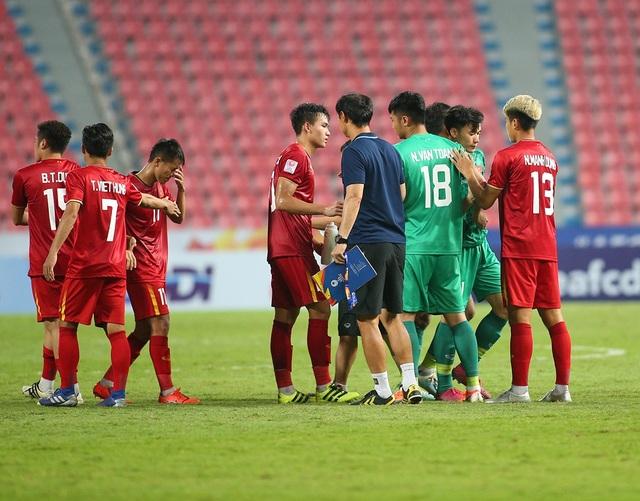 Cầu thủ U23 Việt Nam ôm động viên thủ môn Bùi Tiến Dũng - 2