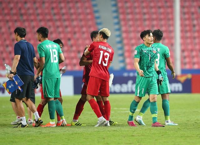 Cầu thủ U23 Việt Nam ôm động viên thủ môn Bùi Tiến Dũng - 4