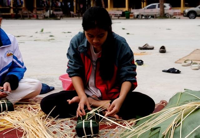 Nhà trường mua gần 1 tấn gạo gói bánh chưng cho học sinh - 4