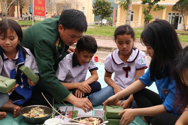Học sinh vùng biên háo hức gói bánh chưng đón Tết - 6