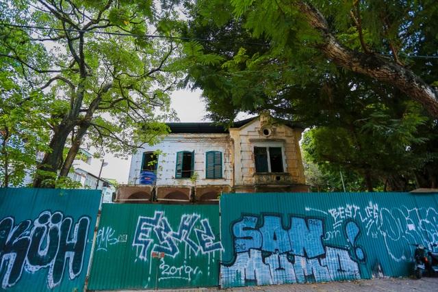 Kiến trúc Pháp cổ của căn biệt thự bỏ hoang, nằm giữa đất vàng ở Hà Nội - 1