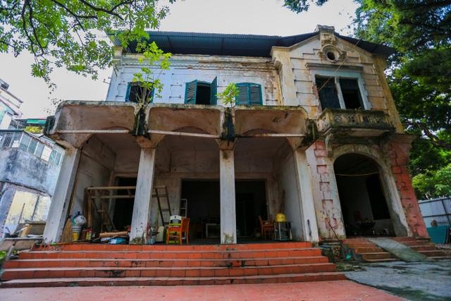 Kiến trúc Pháp cổ của căn biệt thự bỏ hoang, nằm giữa đất vàng ở Hà Nội - 2