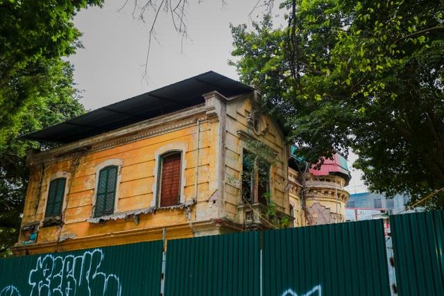 Kiến trúc Pháp cổ của căn biệt thự bỏ hoang, nằm giữa đất vàng ở Hà Nội - 4