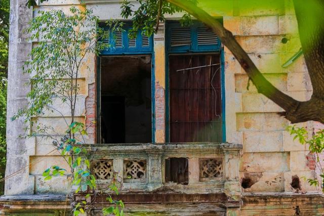 Kiến trúc Pháp cổ của căn biệt thự bỏ hoang, nằm giữa đất vàng ở Hà Nội - 7