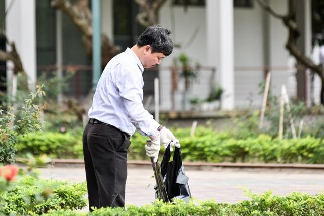 Phó Hiệu trưởng trường ĐH Bách khoa Hà Nội hăng say đi nhặt rác - 3