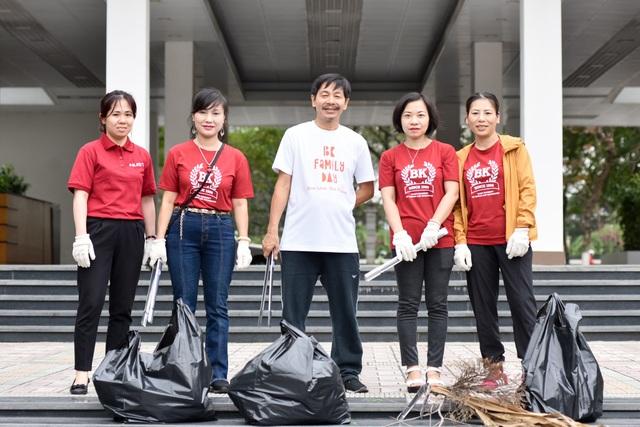Phó Hiệu trưởng trường ĐH Bách khoa Hà Nội hăng say đi nhặt rác - 7