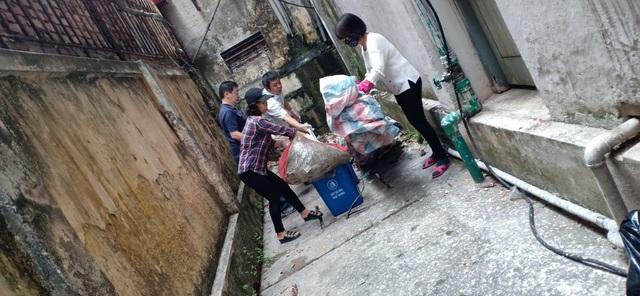 Phó Hiệu trưởng trường ĐH Bách khoa Hà Nội hăng say đi nhặt rác - 6