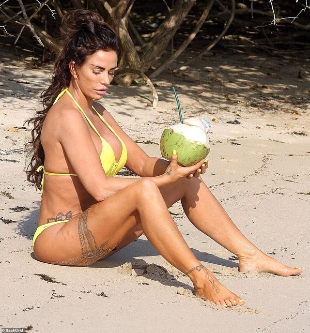 Katie Price tự tin khoe dáng với bikini ở tuổi 42 - 3