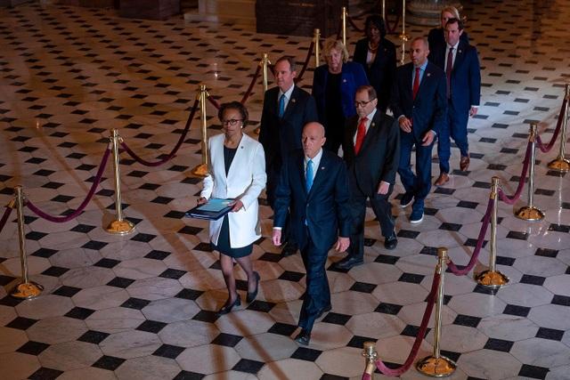 Chủ tịch Hạ viện Mỹ dùng 32 cây bút ký luận tội ông Trump - 2