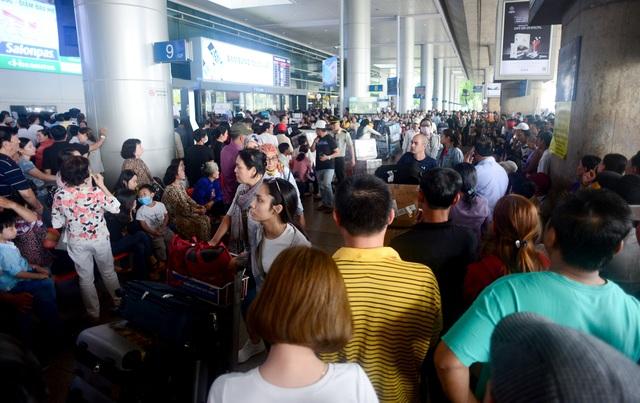 Đón Việt kiều về ăn Tết ở sân bay.jpg