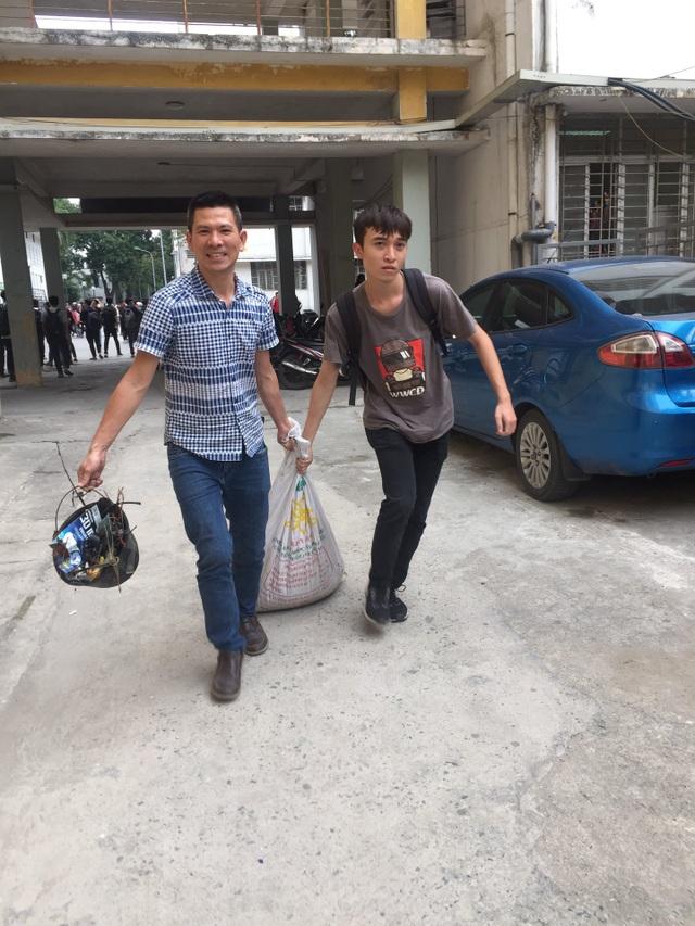 Phó Hiệu trưởng trường ĐH Bách khoa Hà Nội hăng say đi nhặt rác - 4