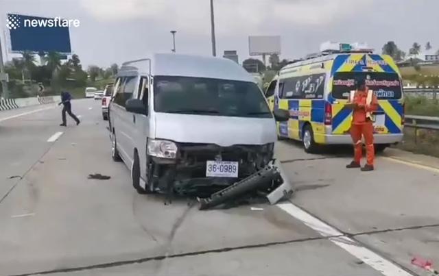 Xe khách gặp nạn vì nổ lốp khiến người ngồi trong xe ngã văng ra đường - 1