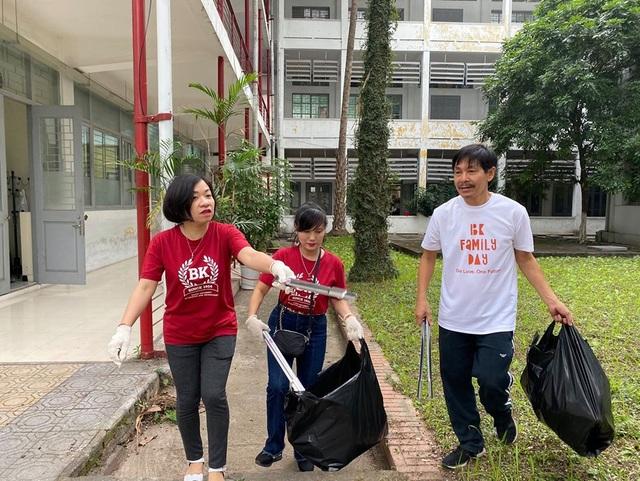 Phó Hiệu trưởng trường ĐH Bách khoa Hà Nội hăng say đi nhặt rác - 2