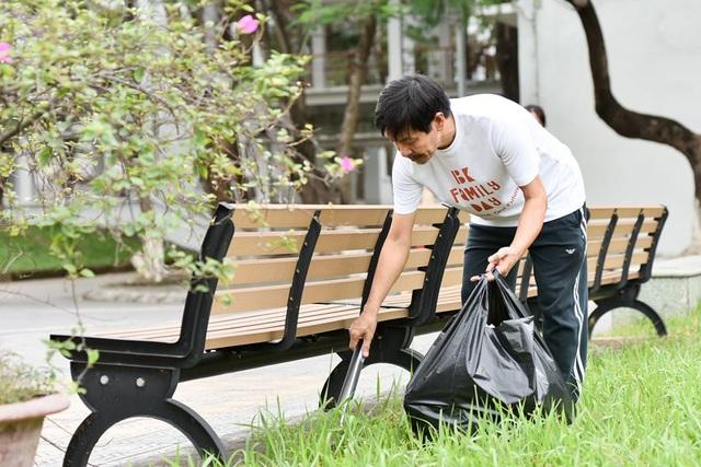 Phó Hiệu trưởng trường ĐH Bách khoa Hà Nội hăng say đi nhặt rác - 1