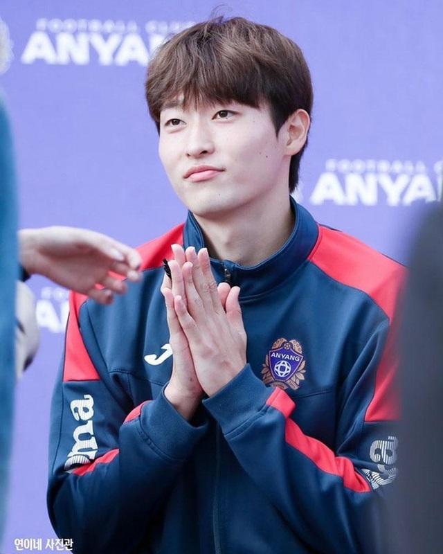 Tiền đạo U23 Hàn Quốc có cơ bụng 6 múi, đẹp như diễn viên điện ảnh - 1