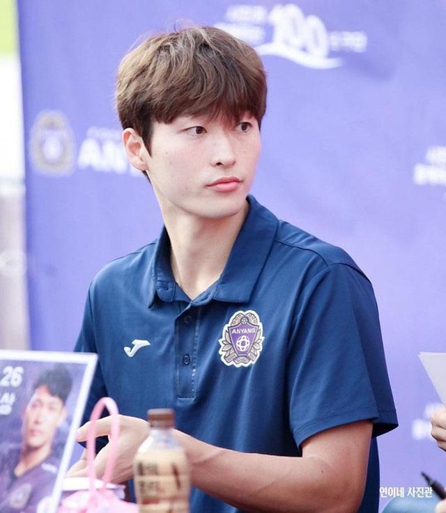 Tiền đạo U23 Hàn Quốc có cơ bụng 6 múi, đẹp như diễn viên điện ảnh - 2