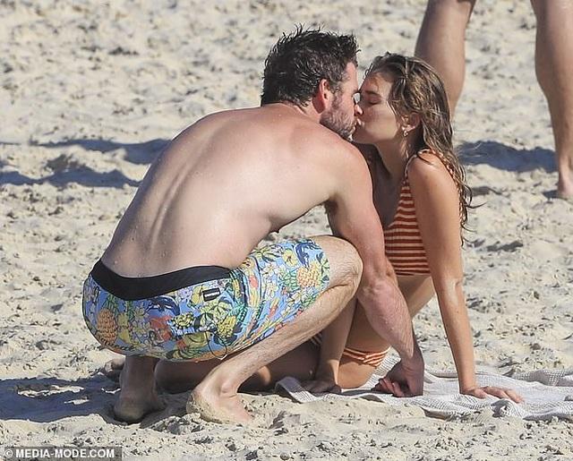Miley Cyrus tình tứ hôn bồ kém tuổi - 6