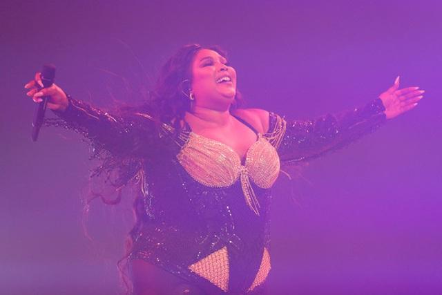 Ca sĩ giành 8 đề cử Grammy diện áo tắm khoe thân hình đồ sộ - 7