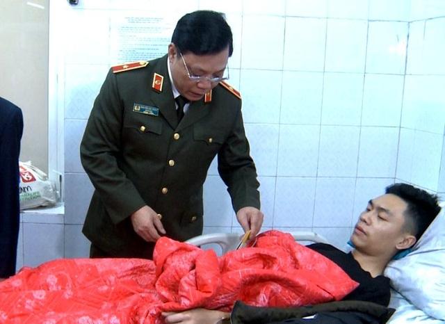 Nhường mặt nạ phòng độc cứu người, 3 chiến sĩ chữa cháy bị thương - 8