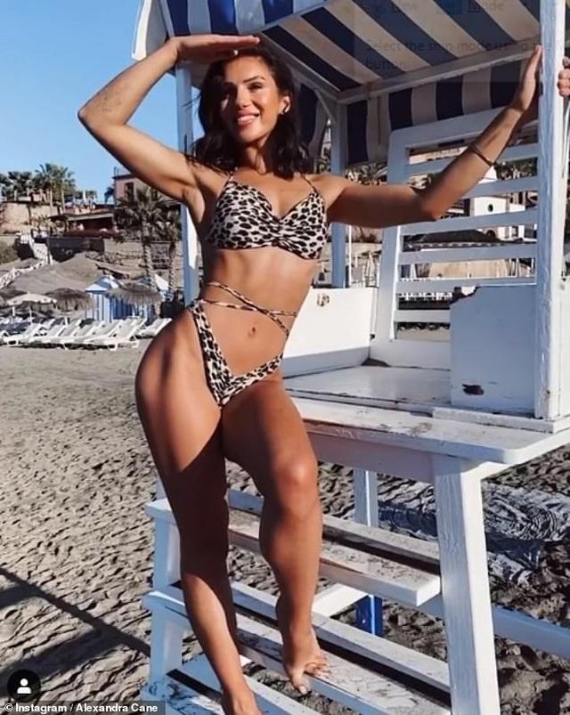 Alexandra Cane quyến rũ với áo tắm bốc lửa - 2