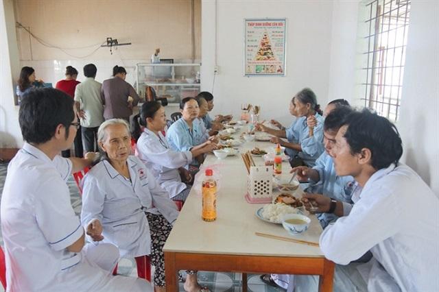 Bệnh nhân điều trị xuyên Tết tại các bệnh viện sẽ được hỗ trợ bữa ăn miễn phí - 1