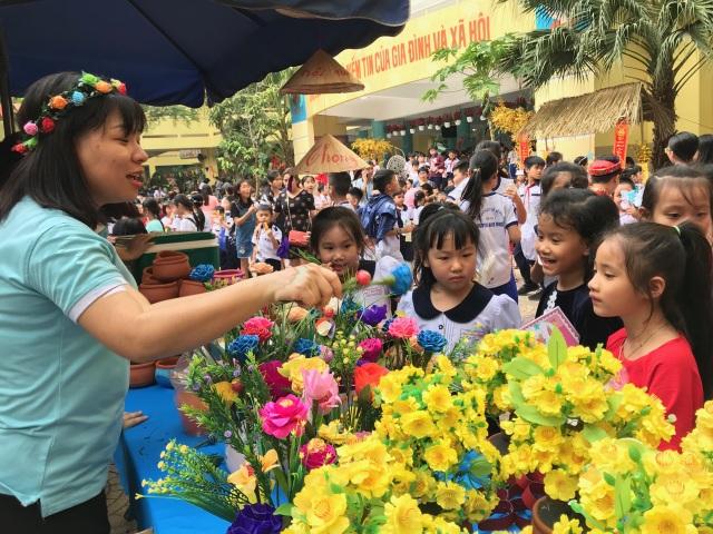 Học trò du xuân, đi chợ Tết... ngay giữa sân trường - 9
