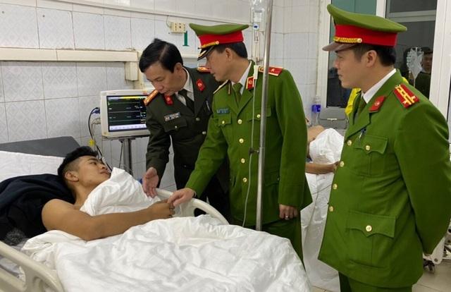 Nhường mặt nạ phòng độc cứu người, 3 chiến sĩ chữa cháy bị thương - 6