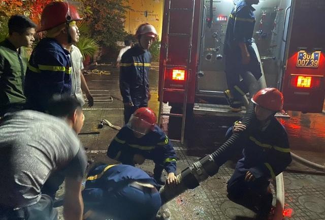 Nhường mặt nạ phòng độc cứu người, 3 chiến sĩ chữa cháy bị thương - 1