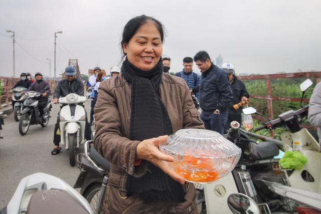 Người Hà Nội văn minh mang xô chậu đi thả cá chép, không thả túi nilon - 1
