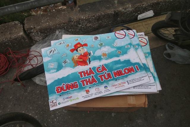 Người Hà Nội văn minh mang xô chậu đi thả cá chép, không thả túi nilon - 4