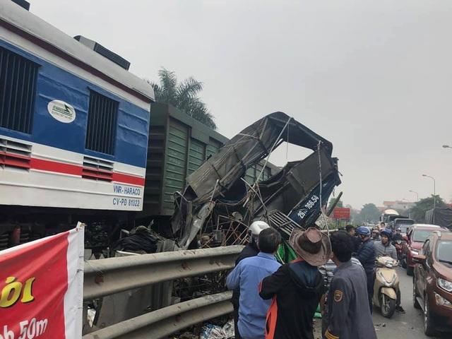 Hà Nội: Ô tô chở cá cố vượt đường sắt, bị tàu hỏa vò nát - 1