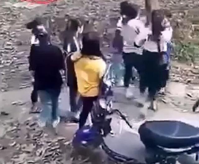Hai nhóm nữ sinh cấp 3 đánh nhau, một nữ sinh phải nhập viện - 1