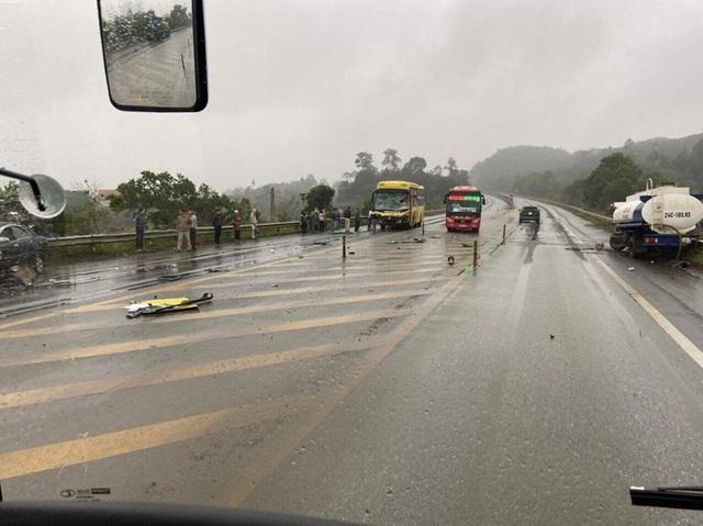 Hà Nội: Ô tô chở cá cố vượt đường sắt, bị tàu hỏa vò nát - 3