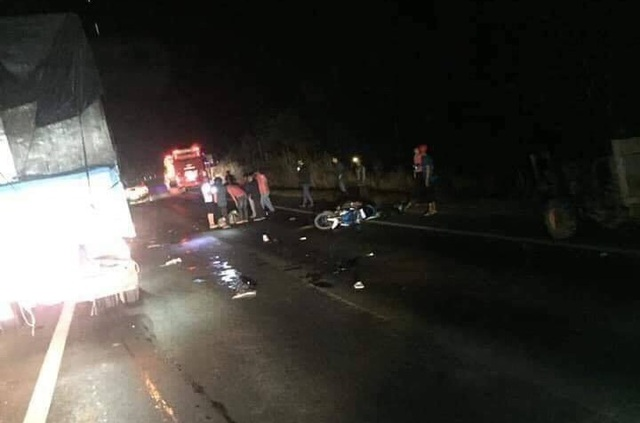 Xe khách lật sau tai nạn liên hoàn, ít nhất 2 người thương vong - 1