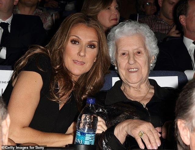 Celine Dion rớm lệ khi biểu diễn ngay sau khi mẹ qua đời - 2