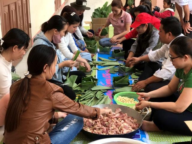 Thầy trò vùng cao cùng nấu bánh chưng tặng học sinh nghèo đón Tết - 5